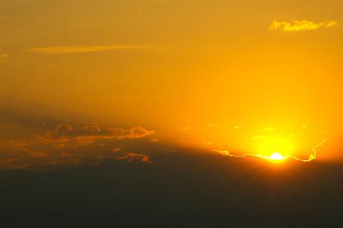 sunset sun yellow clouds gold golden glow sonnenuntergang bright wolken down rays sonne unten leuchten strahlen