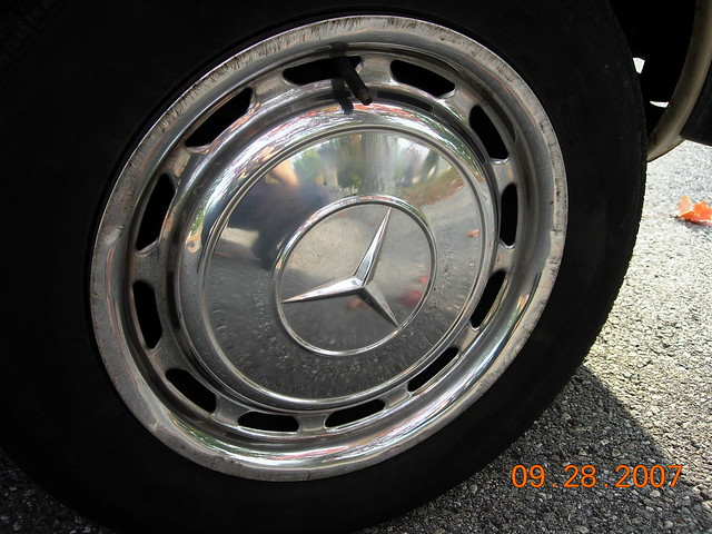 1982 mercedes benz hubcap the 240d 39 s handsome hubcaps for Mercedes benz hubcaps