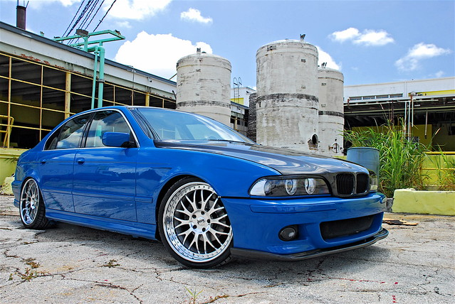 синяя BMW 5