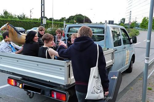 Ein offener Pickup nimmt die Teilnehmer von Lala Hey in Niederrad auf. Juni 2010