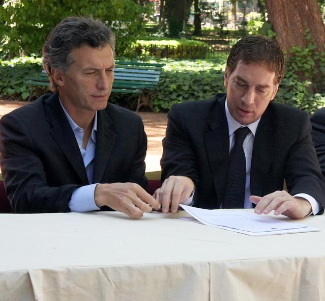 10.11.01  Macri firma un convenio con empresas para el reciclado de pilas usadas