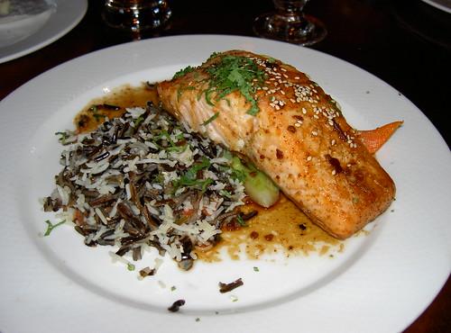 アトランティックサーモンと野生米の料理
