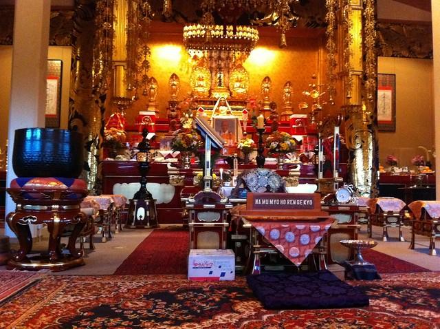 Interior del templo budista, ... sala principal de oración Willen Lake de Milton Keynes, más que un lago ... un estilo de vida - 5128380181 b78888336b z - Willen Lake de Milton Keynes, más que un lago … un estilo de vida