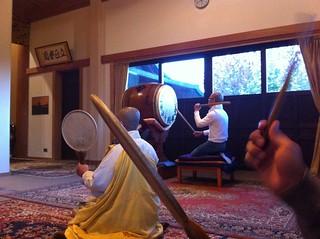 Interior del templo budista (en acción) Willen Lake de Milton Keynes, más que un lago ... un estilo de vida - 5128985580 f4d2fb697b n - Willen Lake de Milton Keynes, más que un lago … un estilo de vida