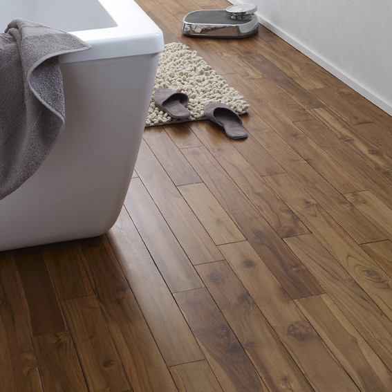 Du bois pour habiller le sol dans la salle de bain ...