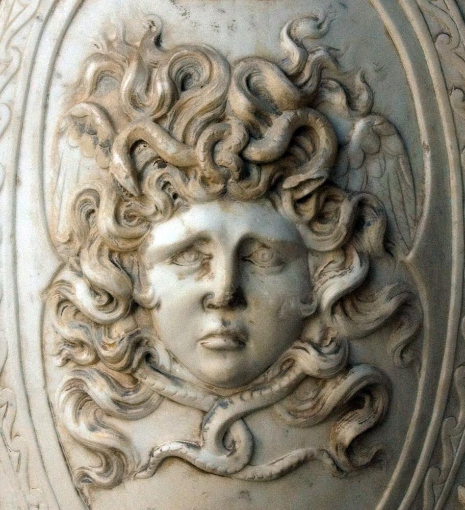 Medusa en el escudo de Palas Guerrera