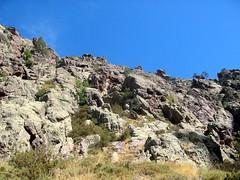 Trace cairnée de Tana di l'Orsu : la falaise depuis le bas