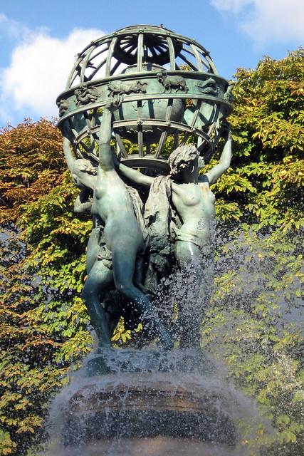 Paris luxembourg quarter jardin marco polo fontaine d for Buvette des marionnettes du jardin du luxembourg