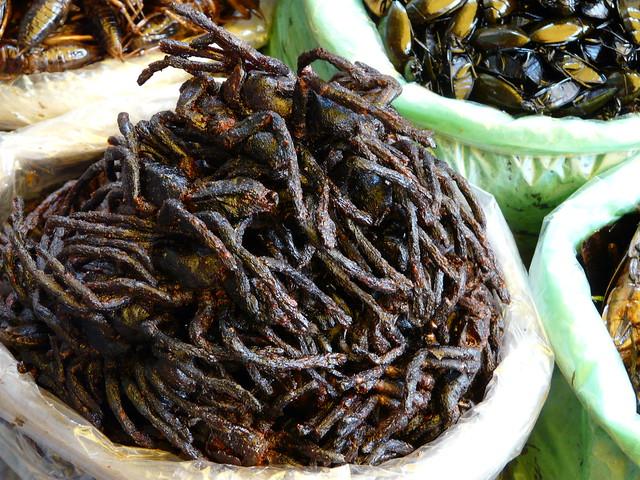 Arañas fritas en Camboya