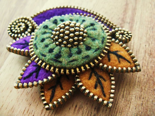 how to make felt and zipper brooches