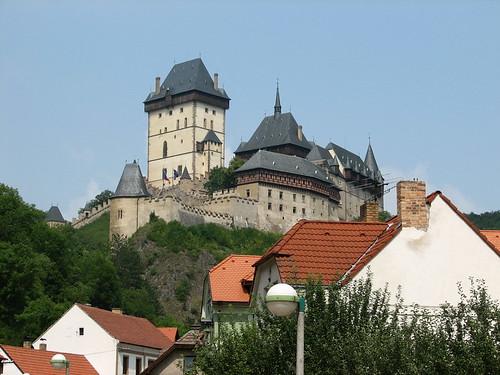 從山下看卡爾修坦城堡.