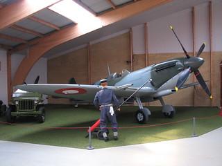 Supermarine Spitfire HF MK. IXE und Jeep