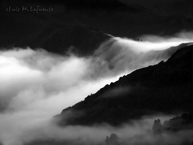 Cascada de niebla -  Mist fall once more - Amanece con niebla..