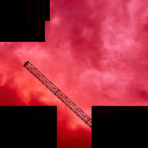 sky building clouds landscape three3 ptlens redblack twocolors meansoftransport buildingcrane four4 buttomup highriseofficebuilding