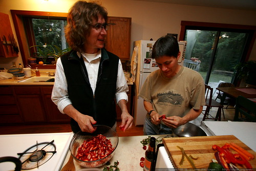 uncle dave and aunt carlisle slicing strawberries together    MG 2942