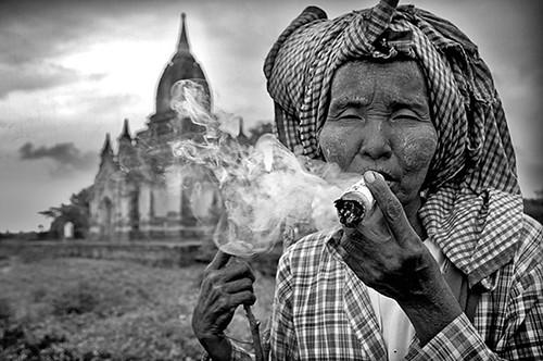 MYANMAR BIRMANIA BURMA -MUJER DE BAGAN- FUMANDO LOS TIPICOS CIGARROS DE TABACO Y MIEL