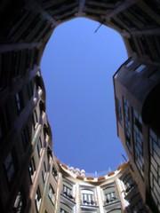 カサミラ1階から空を見上げる
