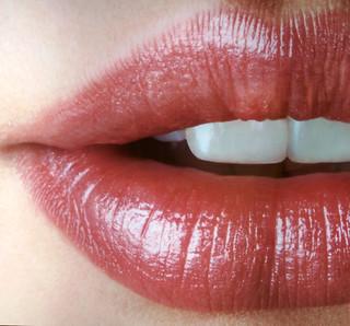 Roze lippenstift bij een lichtere huid