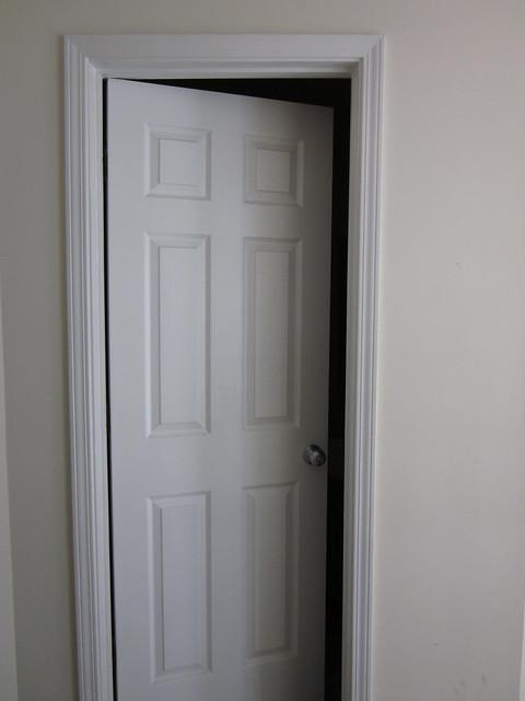 porta di legno bianca socchiusa
