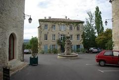 La place de l'hôtel de ville de Barjac