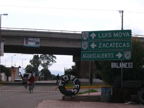 bridge bicycle sign speed mexico highway camino carretera overpass tire bicicleta entrada zacatecas roadsign bumps aguascalientes crucero topes llanta luismoya sanpedropiedragorda cdcuauhtemoc entronque