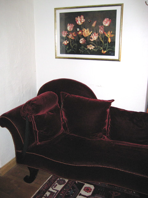 Fainting couch in one corner of my uppsala stu for Small fainting couch