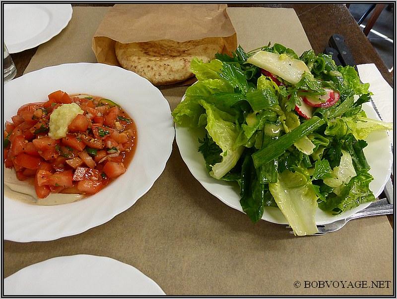 סלט ירוק וסלט עגבניות בטחינה ב- M25