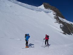 Przełączka przed szczytem Weisskugel i nawis śniezny, ktory musimy obejść.