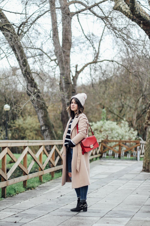 look con abrigo beige y bolso rojo furla myblueberrynightsblog