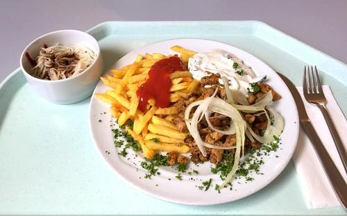 Gyro with tzatziki, fresh onions & french fries / Gyros mit Tzatziki, frischen Zwiebeln & Pommes Frites