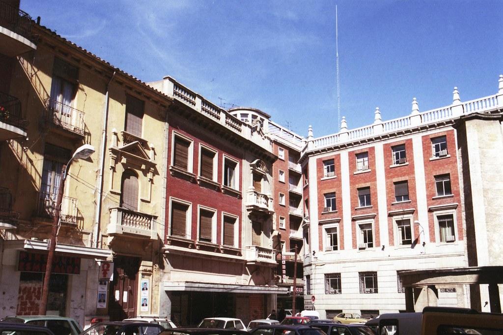 Una foto antigua de la misma plaza donde se puede ver un fragmento a la derecha del monumento a la División Azul