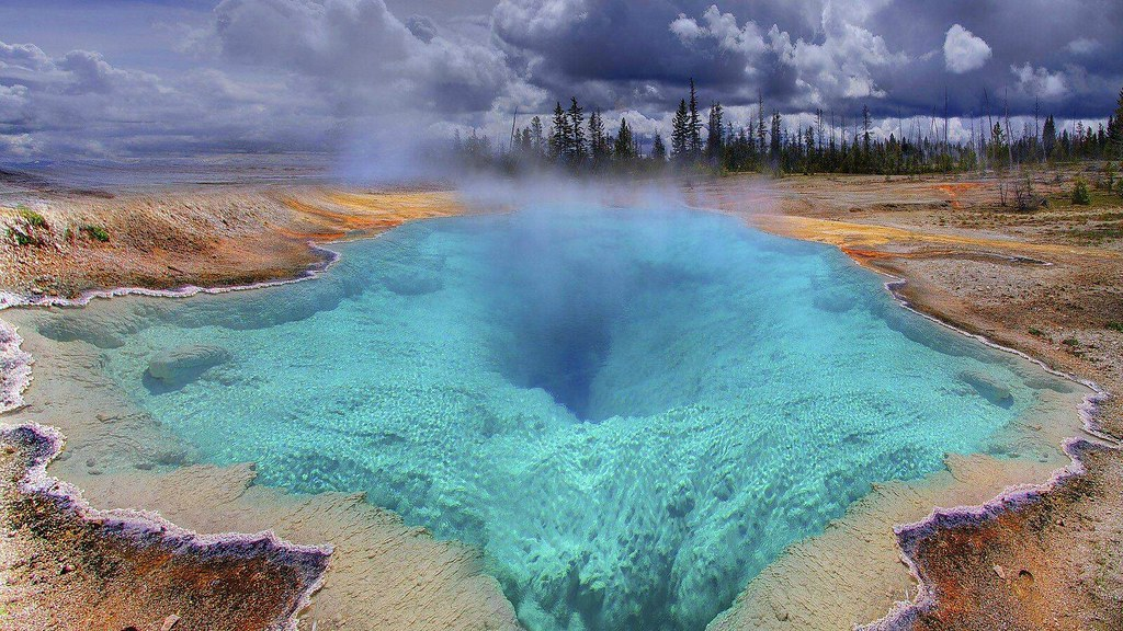 Yellowstone-The-Deep-Blue-Hole_www.FullHDWpp.com_