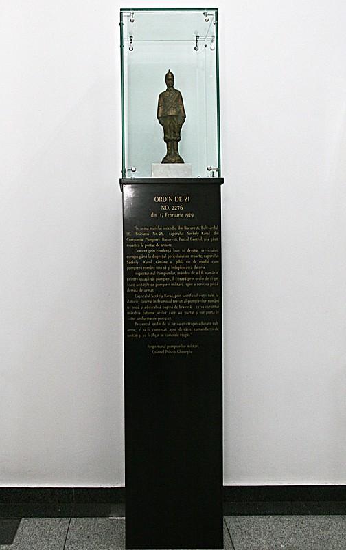 Monumentul din bronz masiv pe soclu de marmură, al caporalului SZEKELY KAROL