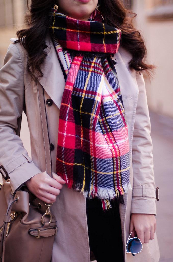 Cómo combinar una bufanda de cuadros