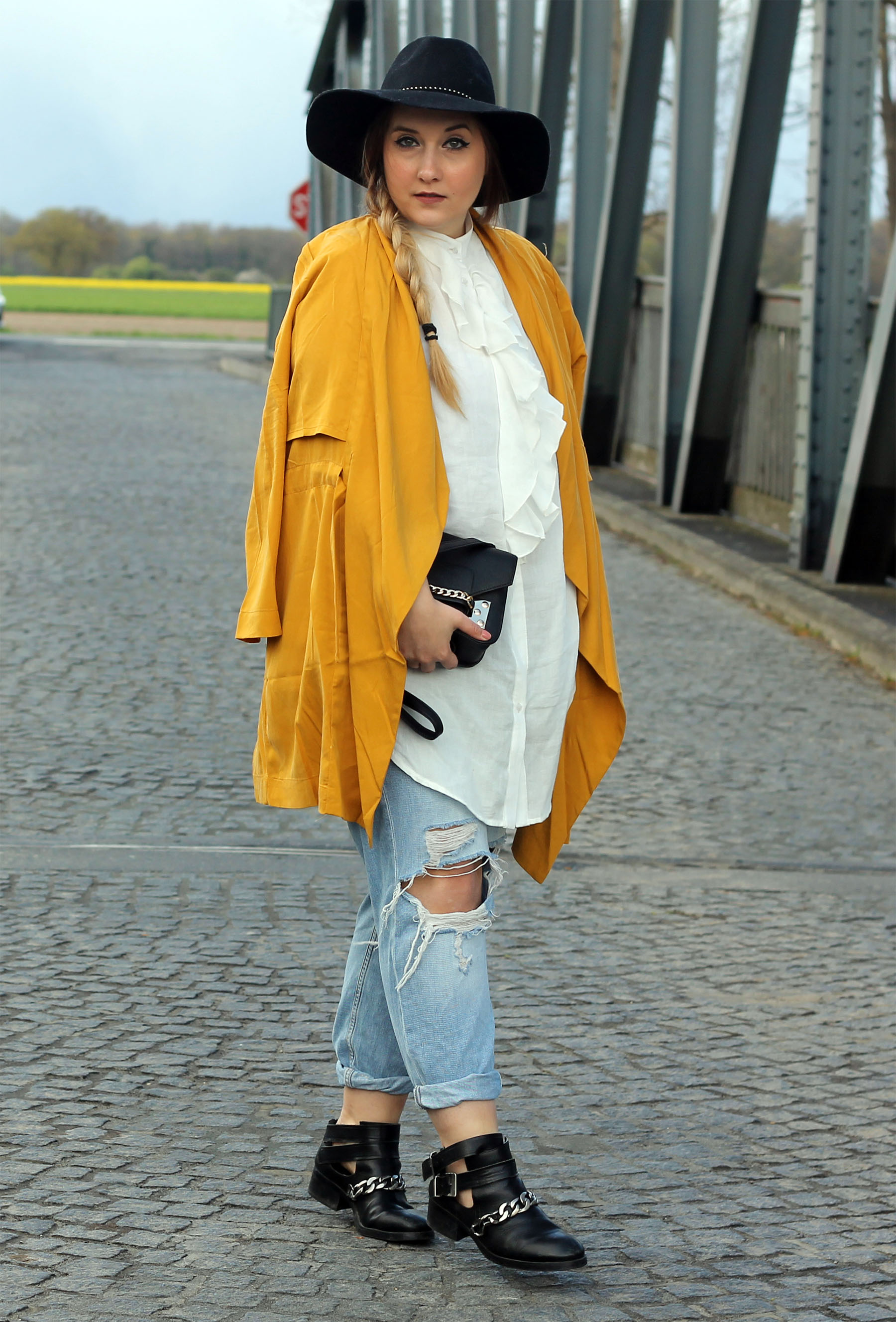 outfit-modeblog-look-style-blogger-top-gelber-mantel-rüschenbluse