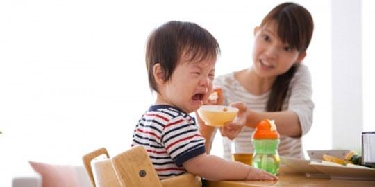 Trẻ phun cơm khi ăn có phải là dấu hiệu đáng lo?