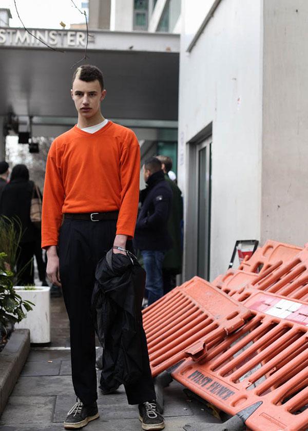 オレンジカットソー×黒スラックス×グレースニーカー