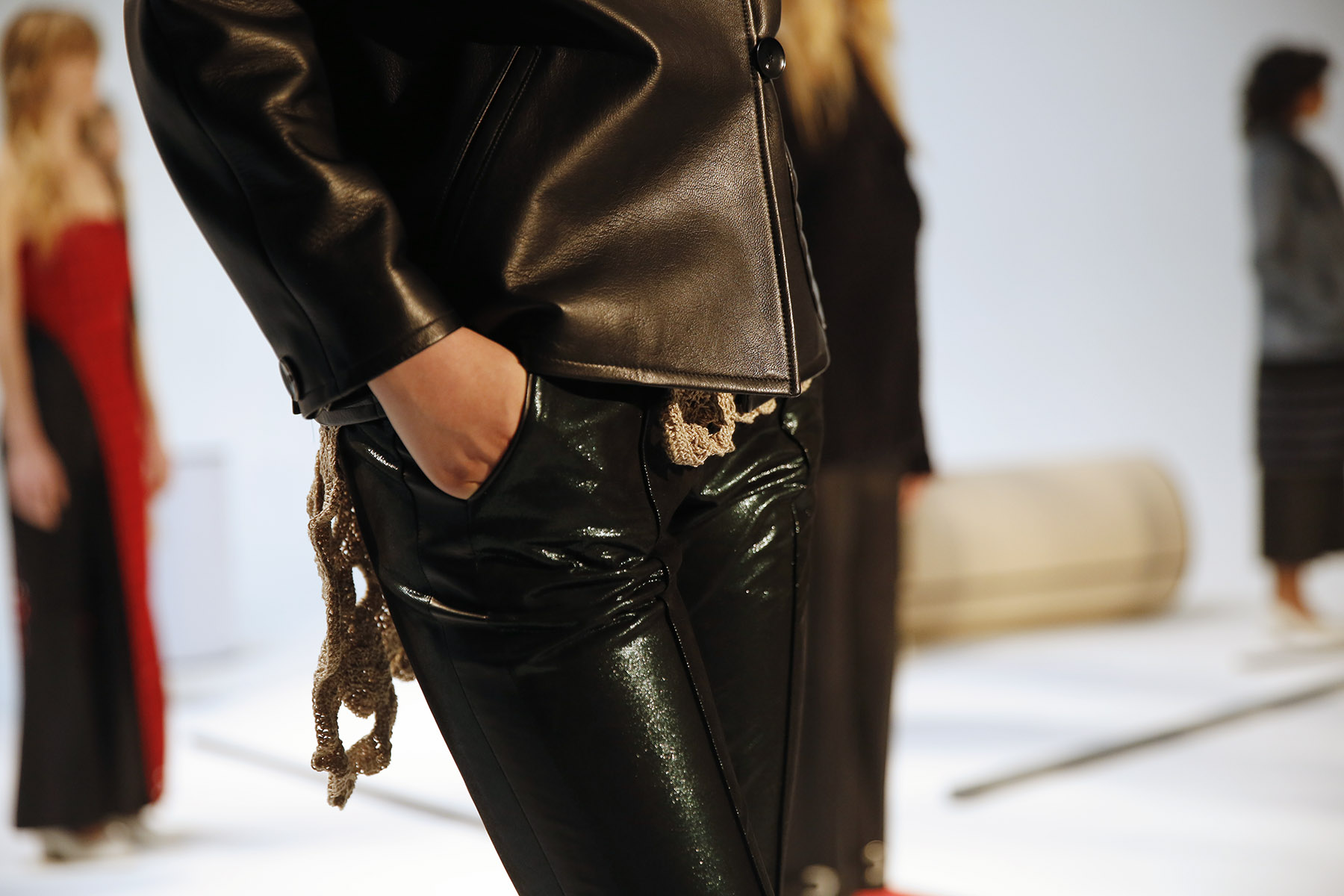 trendy-taste-nyfw-tresemme-a-moi-show-abrigo-blanco-negro-pelo-15