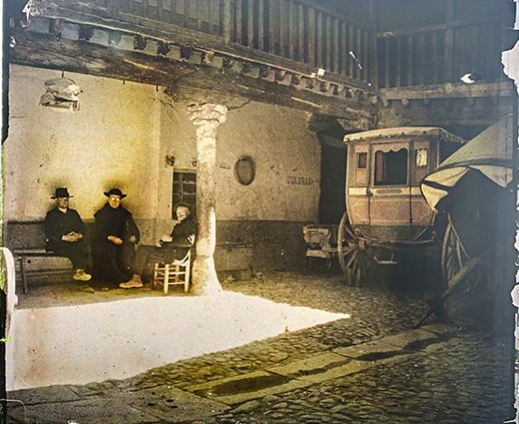 Patio de la Posada de la Sangre, autocromo tomado por Francisco Rodríguez Avial hacia 1910 © Herederos de Francisco Rodríguez Avial