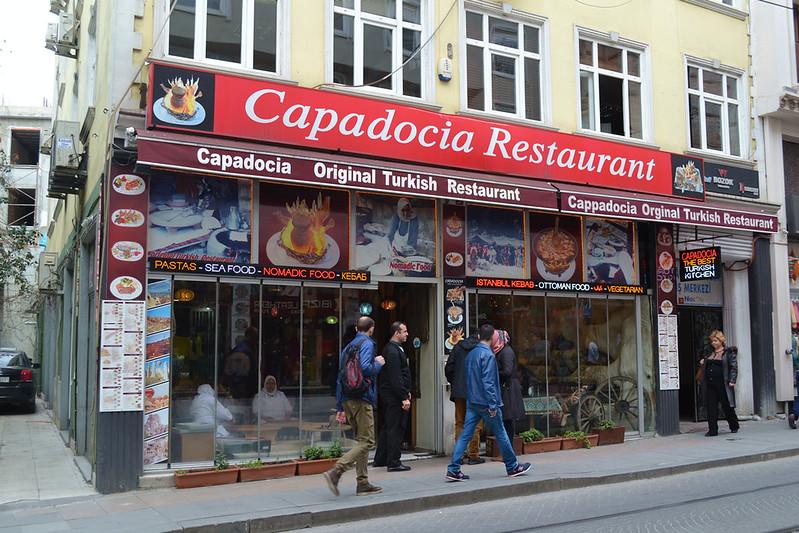 El Restaurante Capadocia y los carteles con sus platos estrella.