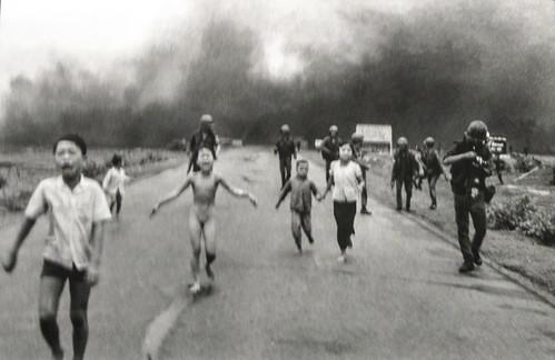 """Ho Chi Minh Ville: la plus célèbre des photos de cette guerre, """"the napalm girl""""."""