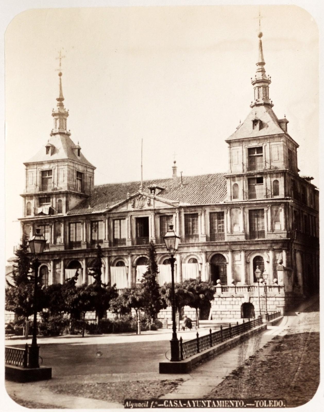 Ayuntamiento de Toledo hacia 1879. Álbum de la National Gallery con fotos de Casiano Alguacil.
