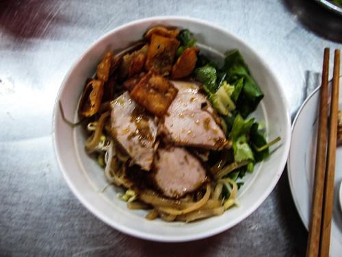 Hoi An: un Cao Lac (du bouillon, des nouilles, des tranches de porc, du soja, des crackers, de la salade, de la menthe et du citron)