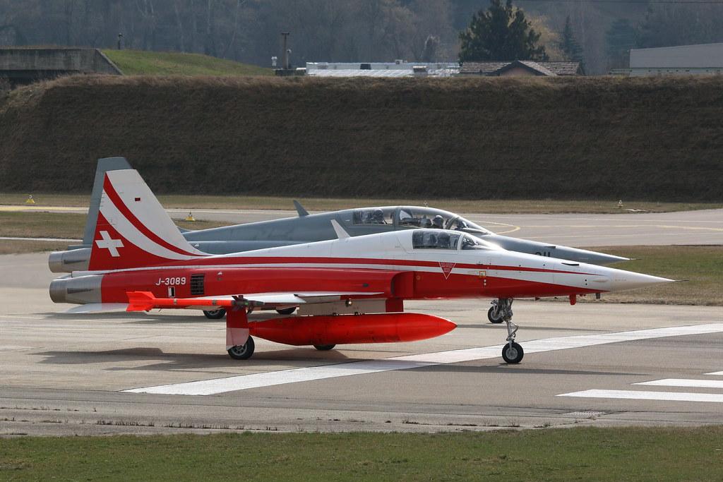 Aéroport - base aérienne de Sion (Suisse) 25205979453_bd3cbf656d_b