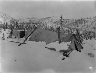 Power flume construction camp after snowstorm, Yukon, 1907/ Camp de construction d'un canal sur appuis après une tempête, au Yukon, en 1907