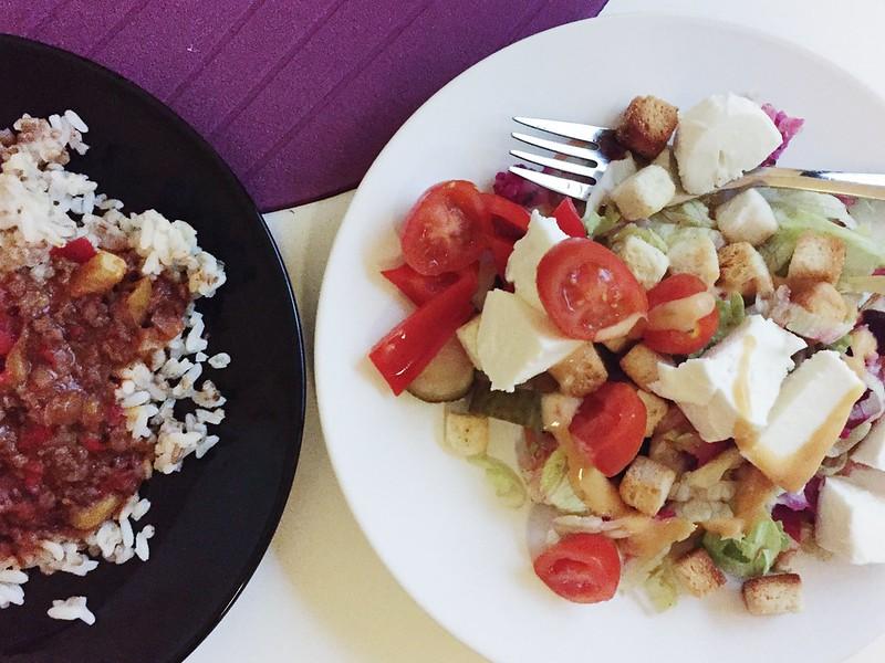 Untitled, food, dinner, lunch, illallinen, lounas, ruoka, riisi, chili con carne, salaatti, salad, krutonki, croutons, salad filling, salaatin täyte,
