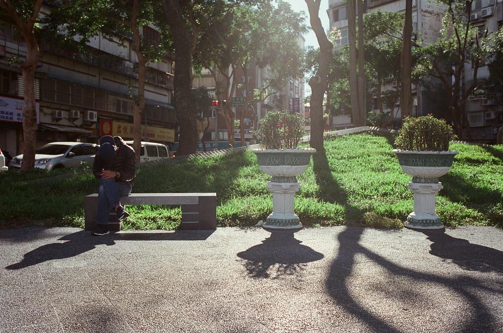 大安森林公園 逆光 / Fujifilm 250D 8563 / Nikon FM2 天氣好的時候什麼都好拍,很喜歡拍逆光,然後畫面上方帶一點點陽光的拍法,在東京渋谷的時候我也拍了一些。  總是覺得那長長的影子都有一點守護的感覺。  這卷底片我記得我慢慢拍,但是讓我感到頭痛的就是等一個月後才能拿到沖洗出來的作品,因為運氣不好,我送件的時候剛好一批電影底片送出去,我就只能重新排隊等,偏偏年底都沒人拍什麼電影底片,我就又等了一陣子。  Nikon FM2 Nikon AI AF Nikkor 35mm F/2D Fujifilm 250D 8563 6498-0021 2015/11/28 - 2015/12/05 Photo by Toomore