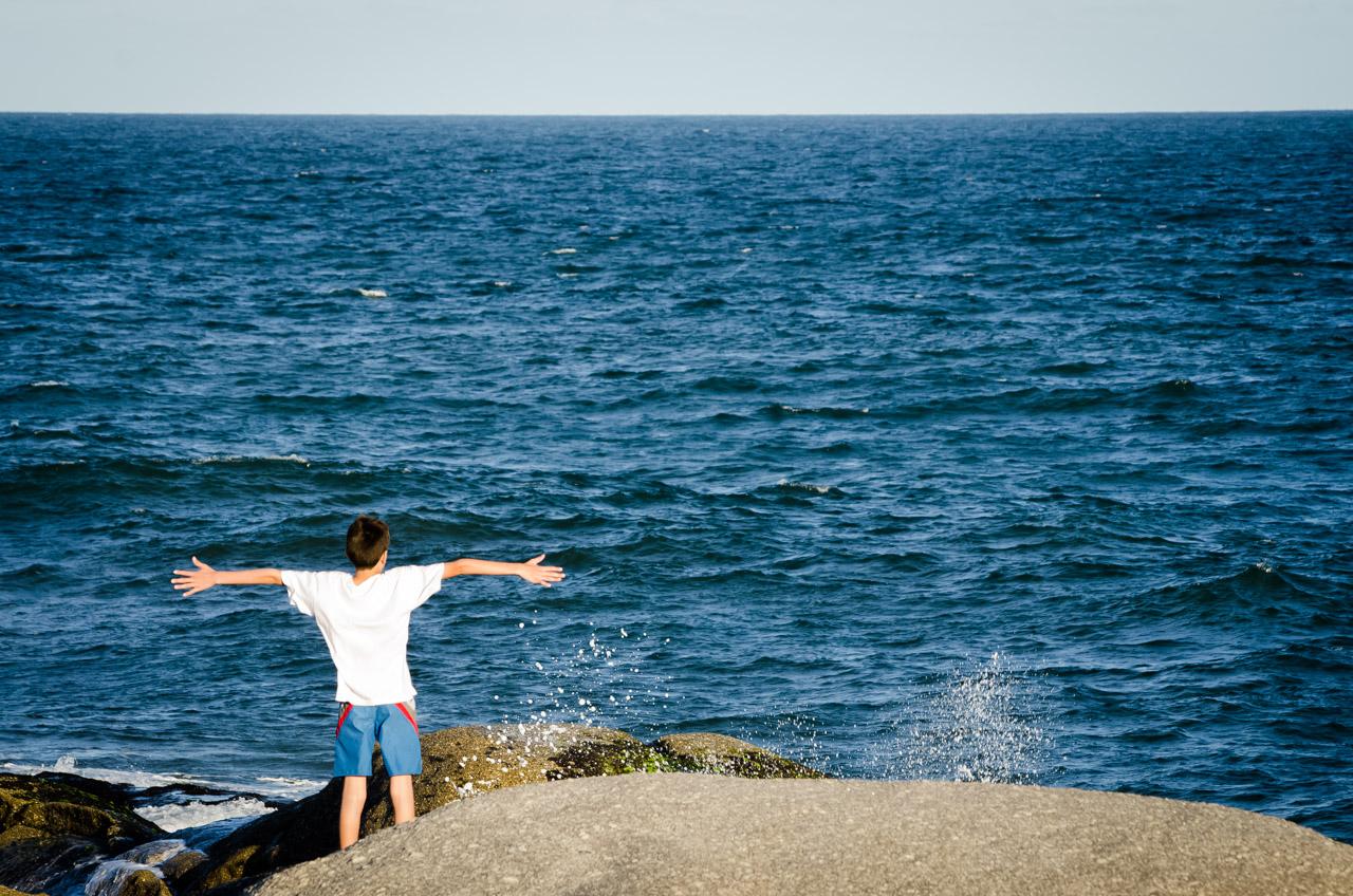 Un niño disfruta de la brisa del mar en la Playa del Rivero, en Punta del Diablo. (Elton Núñez)
