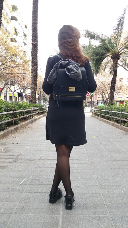 zapatos oxford negros, mochila negra, vestido baby doll, camisero, blanco y negro, abrigo gris de paño, black Oxford shoes were, black backpack, baby doll dress, shirt, black and white, grey cloth coat, Aliexpress, Zara, Loewe, Naf Naf
