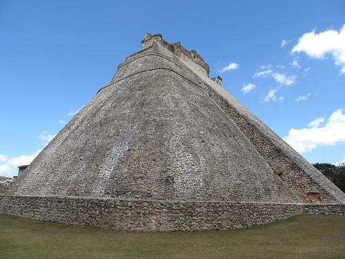 Uxmal: la Pyramide du Magicien, en forme de hute traditionnelle maya